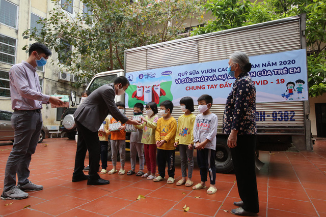 Vinamilk và Quỹ sữa vươn cao Việt Nam dành 12,5 tỷ đồng tặng 1,7 triệu ly sữa cho trẻ em khó khăn trên cả nước trong đại dịch Covid-19 - Ảnh 2.