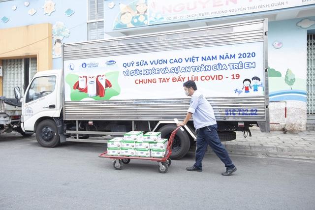 Vinamilk và Quỹ sữa vươn cao Việt Nam dành 12,5 tỷ đồng tặng 1,7 triệu ly sữa cho trẻ em khó khăn trên cả nước trong đại dịch Covid-19 - Ảnh 5.