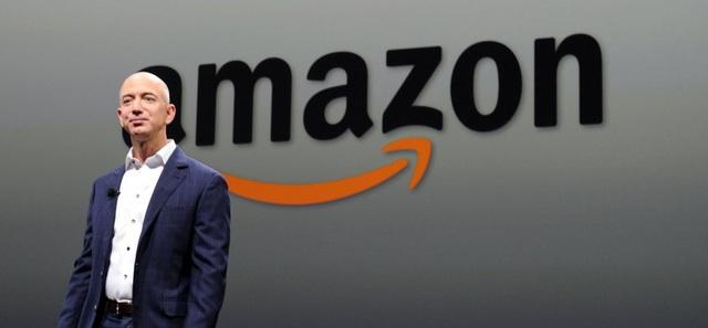 """Bị buộc quay lại """"chèo lái"""" Amazon, Jeff Bezos đã làm gì để tập đoàn vượt khó, kiếm tiền mùa COVID-19? - Ảnh 1."""
