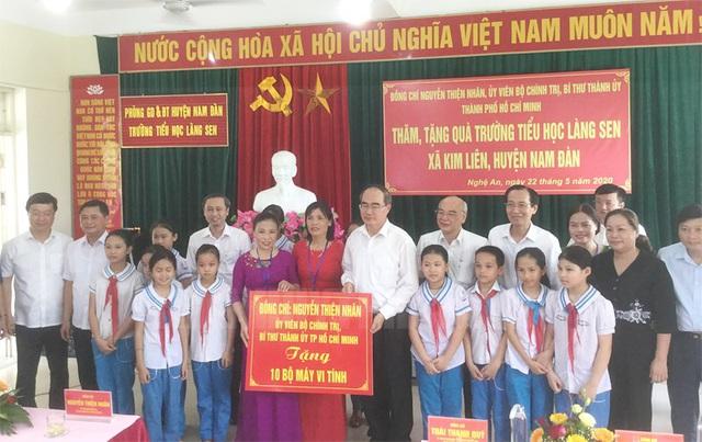 Bí thư Thành ủy TP.HCM Nguyễn Thiện Nhân thăm ngôi trường mang tên đặc biệt - Ảnh 1.