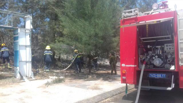 Quảng Trị: Kịp thời dập tắt đám cháy, cứu rừng phòng hộ giữa nắng nóng - Ảnh 1.