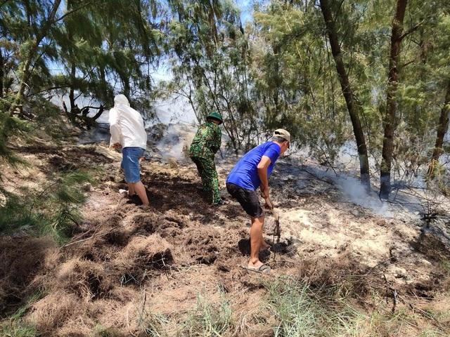 Quảng Trị: Kịp thời dập tắt đám cháy, cứu rừng phòng hộ giữa nắng nóng - Ảnh 2.