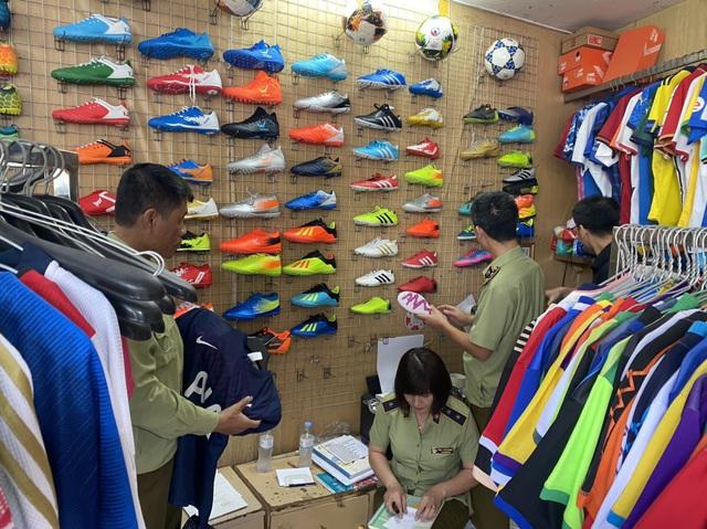 Hà Nội tạm giữ hơn 1.500 sản phẩm giả, nhái nhãn hiệu Adidas và Manchester United Limited - Ảnh 1.