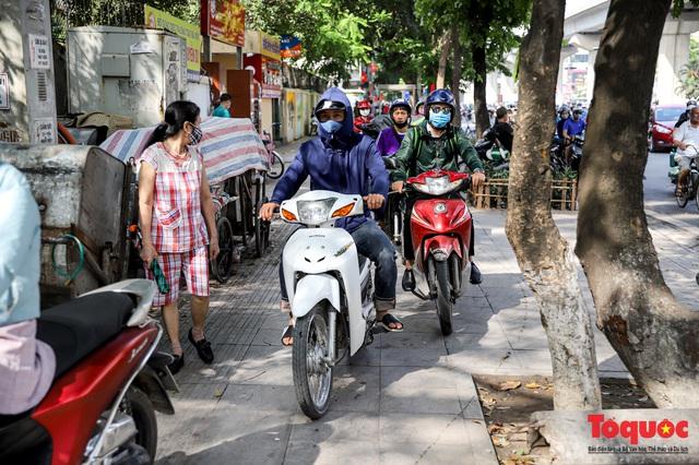 Đường phố Hà Nội ùn tắc hàng giờ sau kì nghỉ lễ 4 ngày - Ảnh 8.