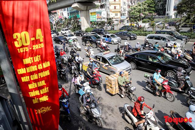 Đường phố Hà Nội ùn tắc hàng giờ sau kì nghỉ lễ 4 ngày - Ảnh 1.