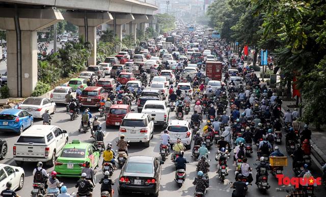 Đường phố Hà Nội ùn tắc hàng giờ sau kì nghỉ lễ 4 ngày - Ảnh 2.