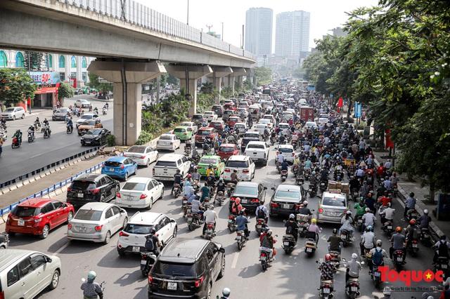 Đường phố Hà Nội ùn tắc hàng giờ sau kì nghỉ lễ 4 ngày - Ảnh 3.