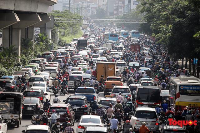 Đường phố Hà Nội ùn tắc hàng giờ sau kì nghỉ lễ 4 ngày - Ảnh 4.