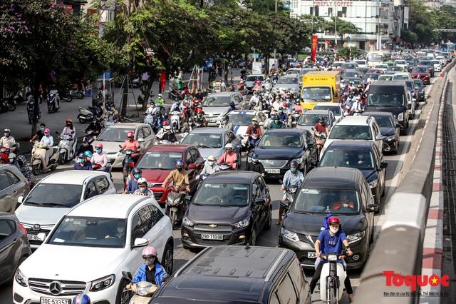 Đường phố Hà Nội ùn tắc hàng giờ sau kì nghỉ lễ 4 ngày - Ảnh 7.