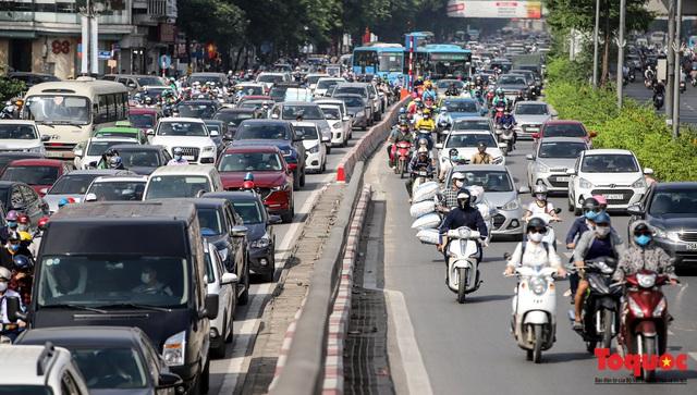 Đường phố Hà Nội ùn tắc hàng giờ sau kì nghỉ lễ 4 ngày - Ảnh 9.