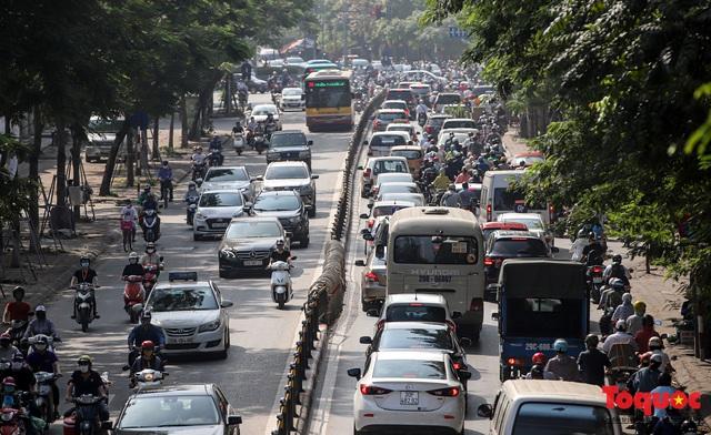 Đường phố Hà Nội ùn tắc hàng giờ sau kì nghỉ lễ 4 ngày - Ảnh 10.