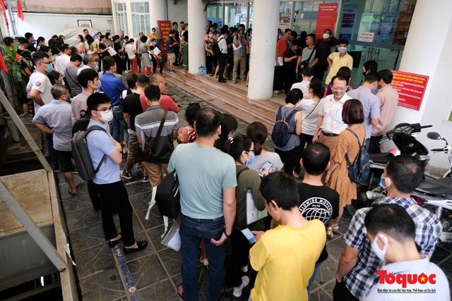 Hà Nội: Hàng trăm người xếp hàng từ sáng sớm làm thủ tục hưởng trợ cấp thất nghiệp sau Covid -19 - Ảnh 15.