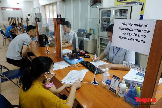 Hà Nội: Hàng trăm người xếp hàng từ sáng sớm làm thủ tục hưởng trợ cấp thất nghiệp sau Covid -19 - Ảnh 10.