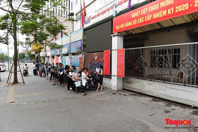Hà Nội: Hàng trăm người xếp hàng từ sáng sớm làm thủ tục hưởng trợ cấp thất nghiệp sau Covid -19 - Ảnh 1.