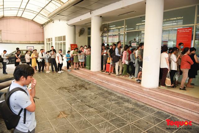 Hà Nội: Hàng trăm người xếp hàng từ sáng sớm làm thủ tục hưởng trợ cấp thất nghiệp sau Covid -19 - Ảnh 6.