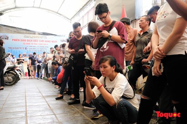 Hà Nội: Hàng trăm người xếp hàng từ sáng sớm làm thủ tục hưởng trợ cấp thất nghiệp sau Covid -19 - Ảnh 2.