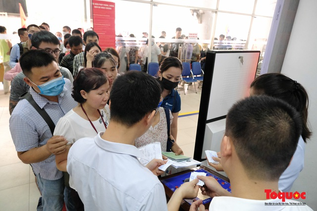 Hà Nội: Hàng trăm người xếp hàng từ sáng sớm làm thủ tục hưởng trợ cấp thất nghiệp sau Covid -19 - Ảnh 7.