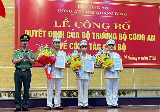 Công an Quảng Bình công bố các quyết định của Bộ trưởng Bộ Công an về công tác cán bộ - Ảnh 1.