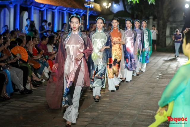 Lộng lẫy 1.000 mẫu áo dài di sản được trình diễn tại Văn Miếu-Quốc Tử Giám - Ảnh 2.