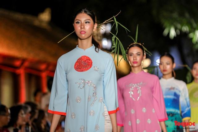 Lộng lẫy 1.000 mẫu áo dài di sản được trình diễn tại Văn Miếu-Quốc Tử Giám  - Ảnh 3.