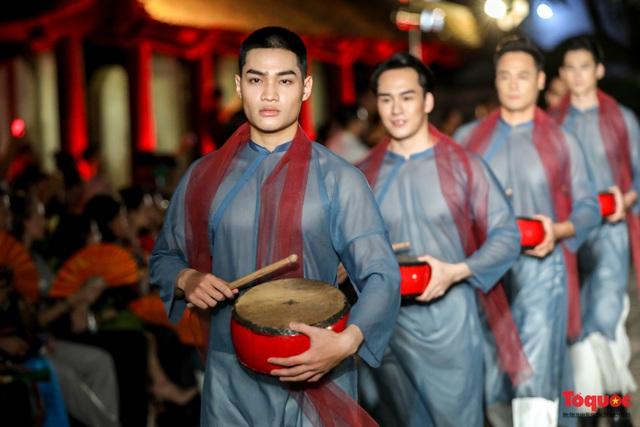 Lộng lẫy 1.000 mẫu áo dài di sản được trình diễn tại Văn Miếu-Quốc Tử Giám - Ảnh 6.