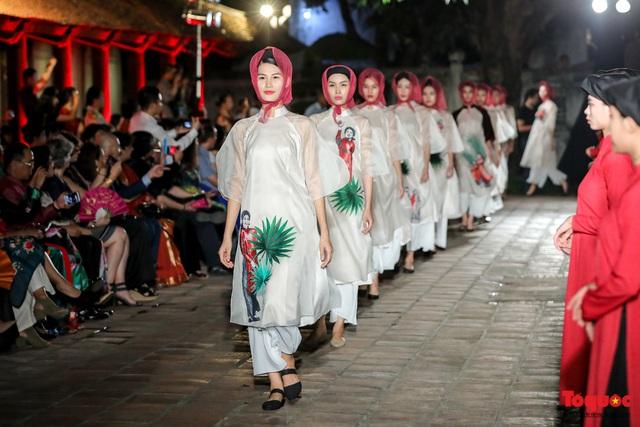 Lộng lẫy 1.000 mẫu áo dài di sản được trình diễn tại Văn Miếu-Quốc Tử Giám  - Ảnh 7.