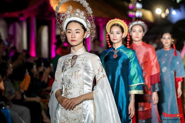 Lộng lẫy 1.000 mẫu áo dài di sản được trình diễn tại Văn Miếu-Quốc Tử Giám  - Ảnh 8.
