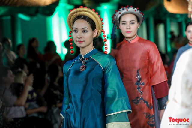 Lộng lẫy 1.000 mẫu áo dài di sản được trình diễn tại Văn Miếu-Quốc Tử Giám - Ảnh 9.