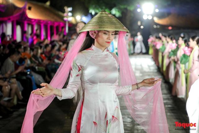 Lộng lẫy 1.000 mẫu áo dài di sản được trình diễn tại Văn Miếu-Quốc Tử Giám - Ảnh 10.