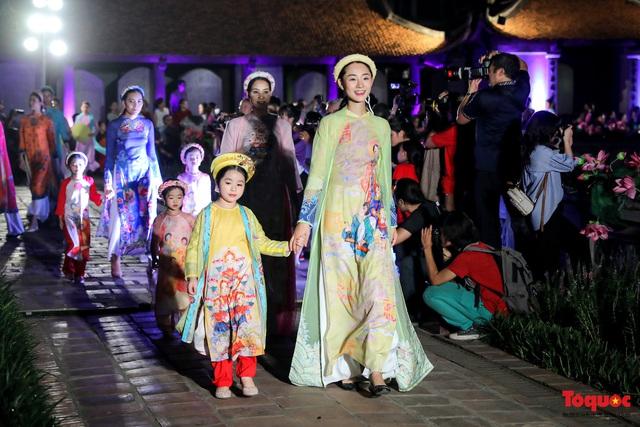 Lộng lẫy 1.000 mẫu áo dài di sản được trình diễn tại Văn Miếu-Quốc Tử Giám - Ảnh 11.