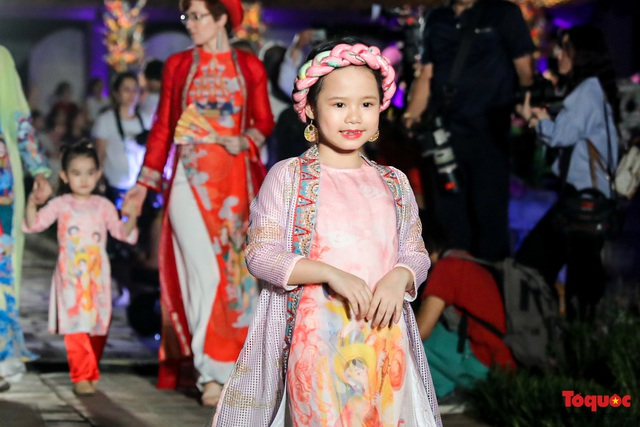 Lộng lẫy 1.000 mẫu áo dài di sản được trình diễn tại Văn Miếu-Quốc Tử Giám  - Ảnh 13.