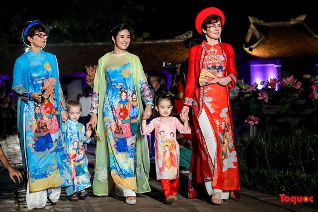 Lộng lẫy 1.000 mẫu áo dài di sản được trình diễn tại Văn Miếu-Quốc Tử Giám - Ảnh 15.