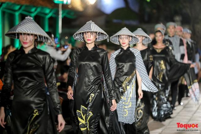 Lộng lẫy 1.000 mẫu áo dài di sản được trình diễn tại Văn Miếu-Quốc Tử Giám - Ảnh 16.