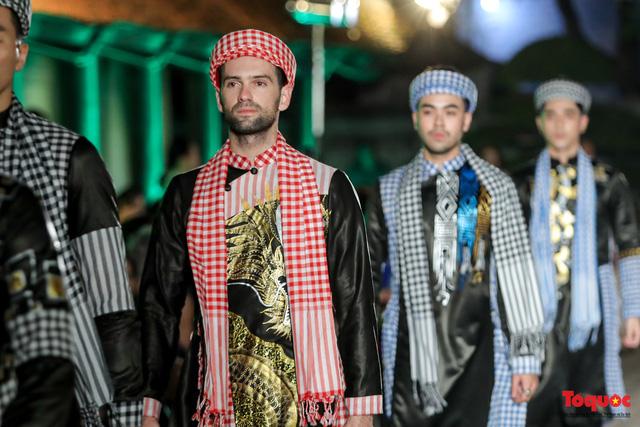Lộng lẫy 1.000 mẫu áo dài di sản được trình diễn tại Văn Miếu-Quốc Tử Giám - Ảnh 17.