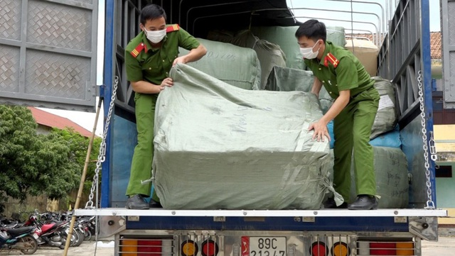 Quảng Bình: Bắt xe chở lô hàng hóa gần 2 tỷ đồng không rõ nguồn gốc - Ảnh 1.