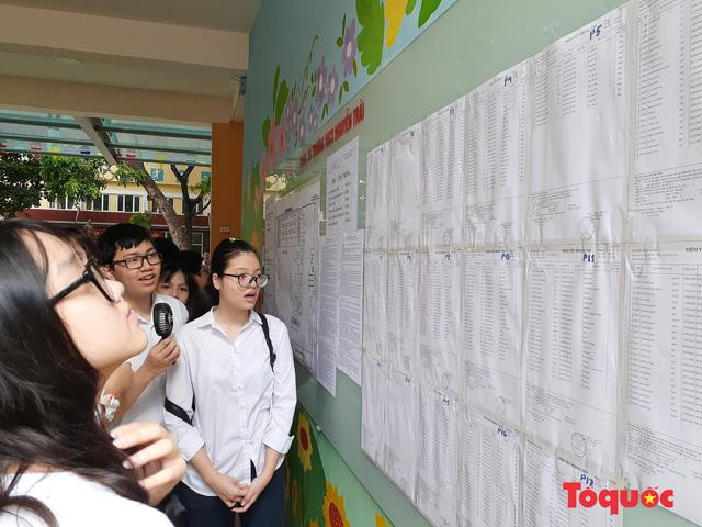 Hà Nội: Ngày đầu thí sinh làm thủ tục dự thi vào lớp 10, quên phiếu báo dự thi, tới nhầm địa điểm thi - Ảnh 1.