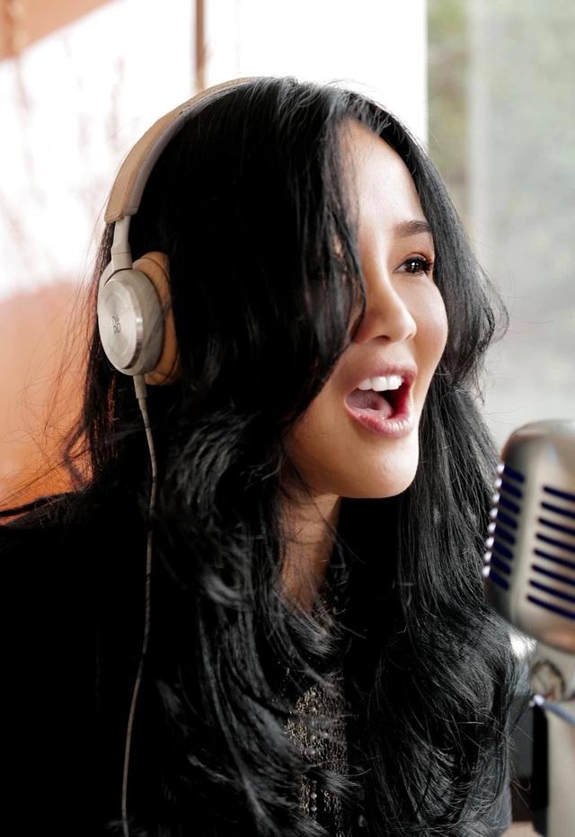 Diva Hồng Nhung trở về Việt Nam sau 6 tháng mắc kẹt ở Mỹ - Ảnh 1.