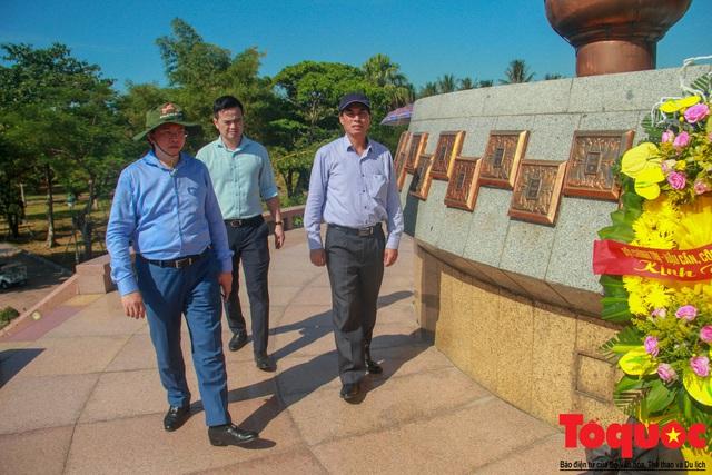 Bộ VHTTDL dâng hương tại Nhà lưu niệm cố TBT Lê Duẩn và Thành Cổ Quảng Trị - Ảnh 9.
