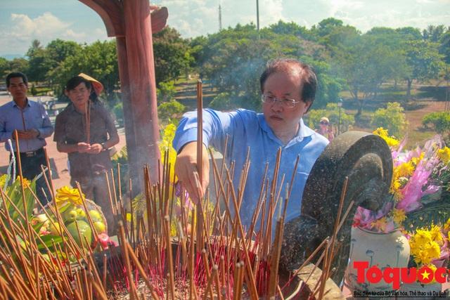 Bộ VHTTDL dâng hương tại Nhà lưu niệm cố TBT Lê Duẩn và Thành Cổ Quảng Trị - Ảnh 8.