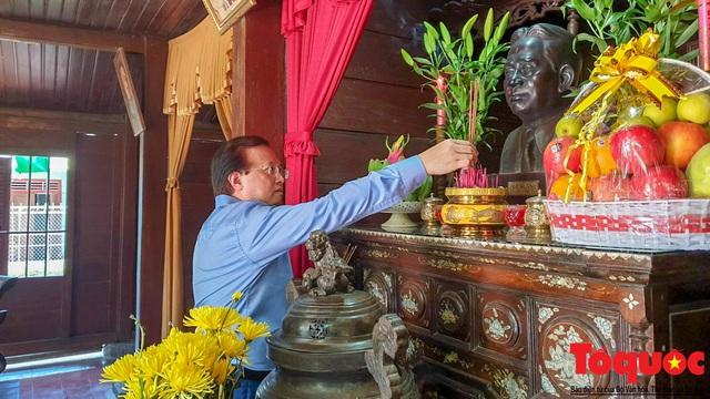 Bộ VHTTDL dâng hương tại Nhà lưu niệm cố TBT Lê Duẩn và Thành Cổ Quảng Trị - Ảnh 2.