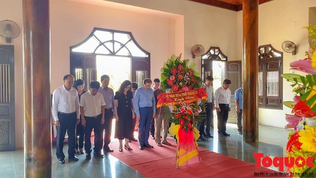 Bộ VHTTDL dâng hương tại Nhà lưu niệm cố TBT Lê Duẩn và Thành Cổ Quảng Trị - Ảnh 1.