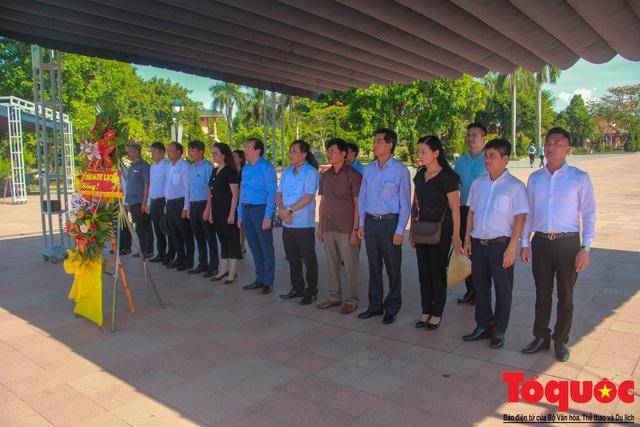 Bộ VHTTDL dâng hương tại Nhà lưu niệm cố TBT Lê Duẩn và Thành Cổ Quảng Trị - Ảnh 4.