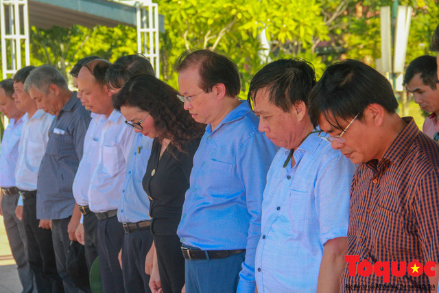 Bộ VHTTDL dâng hương tại Nhà lưu niệm cố TBT Lê Duẩn và Thành Cổ Quảng Trị - Ảnh 6.