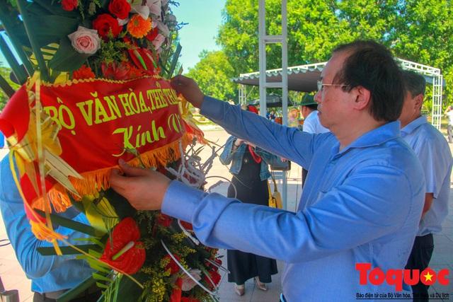 Bộ VHTTDL dâng hương tại Nhà lưu niệm cố TBT Lê Duẩn và Thành Cổ Quảng Trị - Ảnh 5.