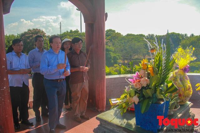 Bộ VHTTDL dâng hương tại Nhà lưu niệm cố TBT Lê Duẩn và Thành Cổ Quảng Trị - Ảnh 7.