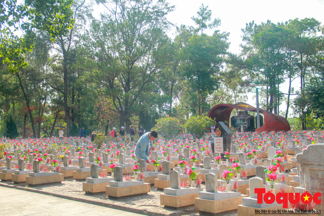 Đoàn công tác Bộ VHTTDL đến viếng nghĩa trang liệt sĩ tại Quảng Trị - Ảnh 1.