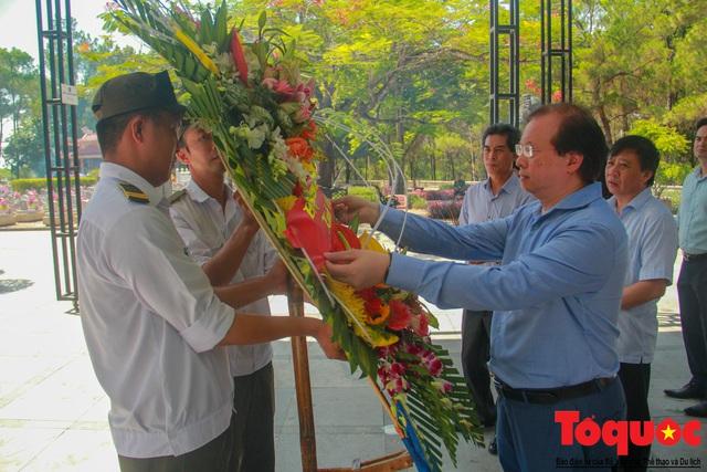 Đoàn công tác Bộ VHTTDL đến viếng nghĩa trang liệt sĩ tại Quảng Trị - Ảnh 4.