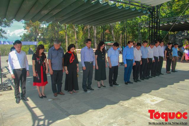 Đoàn công tác Bộ VHTTDL đến viếng nghĩa trang liệt sĩ tại Quảng Trị - Ảnh 6.