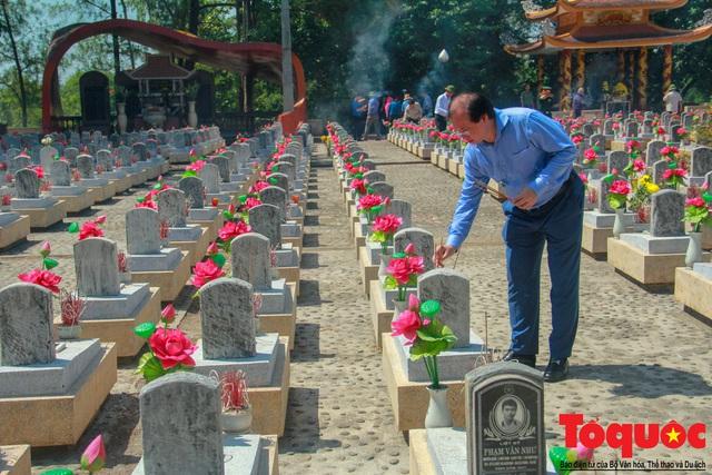 Đoàn công tác Bộ VHTTDL đến viếng nghĩa trang liệt sĩ tại Quảng Trị - Ảnh 7.