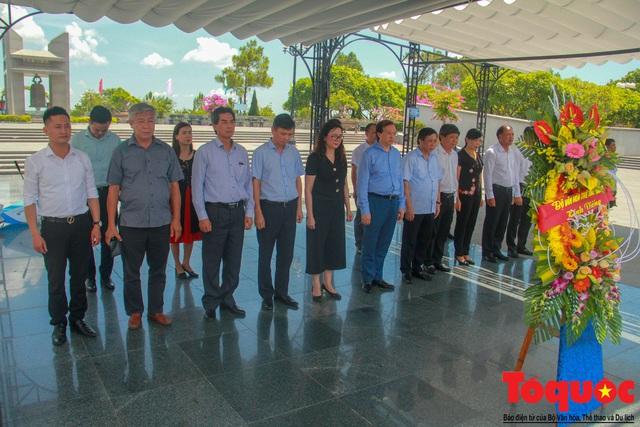 Đoàn công tác Bộ VHTTDL đến viếng nghĩa trang liệt sĩ tại Quảng Trị - Ảnh 8.
